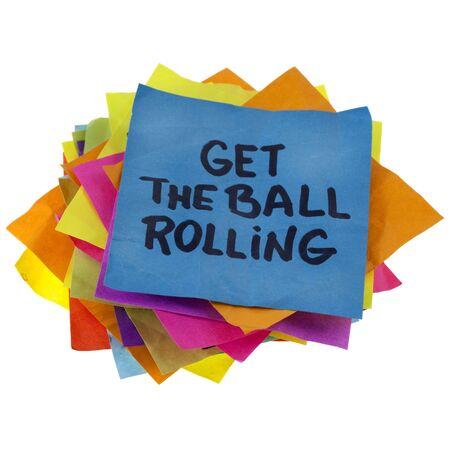 slogan: lema motivacional en una pila de notas de recordatorio coloridos aislados en blanco