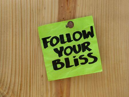 木製の壁または板に釘を緑付箋ブリス手書きに従ってください。 写真素材