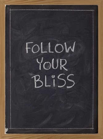 ブリス精神的なリマインダー - 白いチョーク手書きが黒板に従う