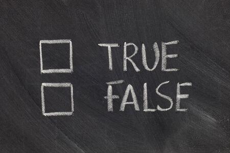 unecht: True oder False mit Checkboxes - wei�e Kreide Handschrift auf Tafel Lizenzfreie Bilder