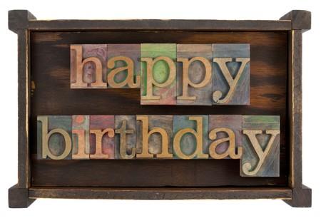 Happy birthday in vintage lettepress type blok in rustieke houten doos, op wit wordt geïsoleerd