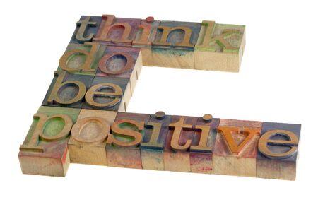 생각, 할, 긍정적 인 - 빈티지 나무 활자 형식 블록, 동기 부여 슬로건 색 잉크, 화이트에 격리 하여 스테인드