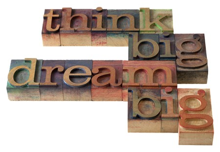 sogno: pensare in grande, sogno grande - parole in blocchi di stampa stampa tipografica vintage, macchiata di inchiostri di colori, isolati on white