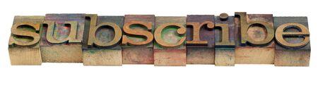 word in vintage houten boekdruk afdrukken blokken gekleurd door inktkleuren abonneren