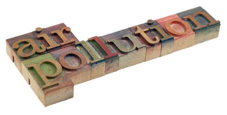 pollution air: concepto de contaminaci�n de aire - palabras en bloques de impresi�n de tipograf�a de madera vintage  Foto de archivo