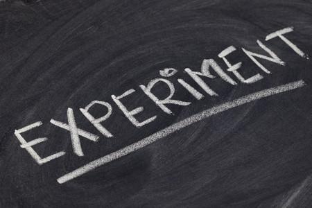experiment - wit krijt handschrift op blackboard Stockfoto