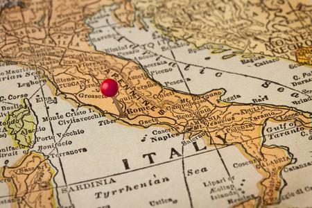 Kaart van Italië vintage jaren 1920 (afgedrukt in 1926 - auteursrechten verlopen) met een rode punaise op Rome, selectieve aandacht