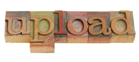 업로드 개념 - 빈티지 나무 활자 인쇄 블록 화이트 절연 단어