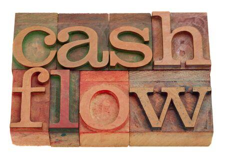 cash flow in vintage houten boekdruk type geïsoleerd op wit woorden