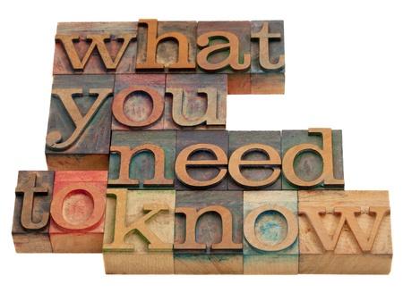 concetto di tutorial o di consulenza - cosa è necessario sapere le parole in blocchi di stampa tipografica in legno d'epoca isolato su bianco