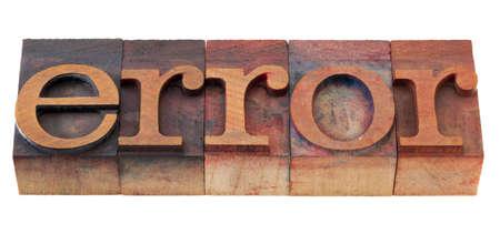 fout woord in vintage houten boekdruk afdrukken blokken, gekleurd door kleur inkt, geïsoleerd op wit
