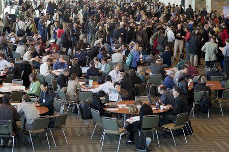 SAN FRANCISCO, USA, 16 DÉCEMBRE 2010. Foule de scientifiques à la pause-café lors de la réunion d'automne de l'American Geophysical Union, Moscone Center, San Francisco, du 13 au 18 décembre 2010, en Californie Banque d'images - 8477421