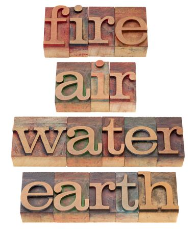 alquimia: cuatro elementos cl�sicos de palabras de la filosof�a griega - fuego, aire, agua y tierra - en bloques de impresi�n tipogr�fica cosecha de madera, aislados en blanco Foto de archivo