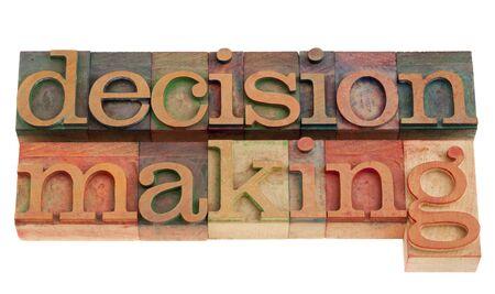 toma de decision: frase de toma de decisi�n en bloques de impresi�n tipogr�fica cosecha de madera, aislados en blanco