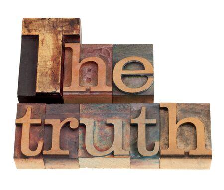 Le mot de vérité dans des blocs de bois millésime typographie, isolé sur blanc
