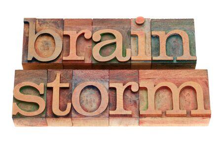 brainstorm woord in vintage houten boekdruk afdrukken blokken, gekleurd door kleur inkt, geïsoleerd op wit
