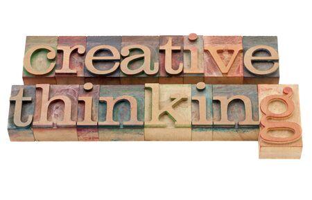 pensamiento creativo: pensamiento creativo - aislado frase en bloques de impresi�n tipogr�fica cosecha de madera