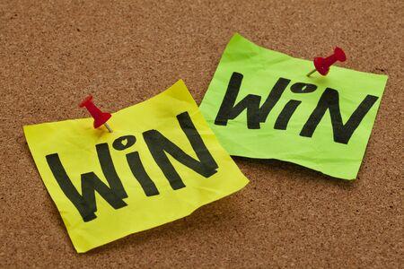 ganar: ganar-ganar concepto de estrategia - escritura a mano en notas adhesivas, publicado en el tabl�n de anuncios Foto de archivo