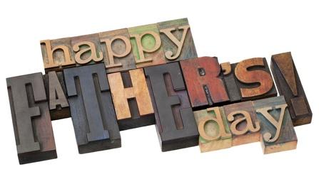vaderlijk: Gelukkige Vaderdag in antieke houten boekdruk blokken op wit wordt geïsoleerd Stockfoto