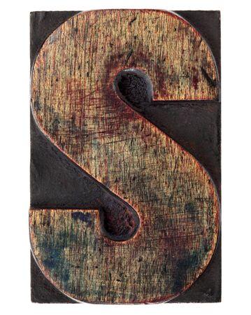 lettre s: lettre S - vintage bloc d'impression typographique en bois, ray�, tach� par l'encre, isol� sur blanc