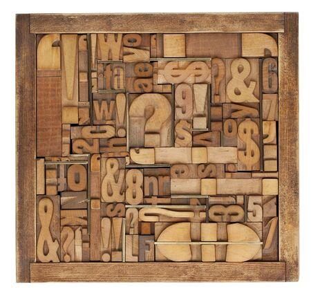 case: cuadro de antiguos bloques impresi�n madera - letras, n�meros, s�mbolos, signos de puntuaci�n, inserciones de lat�n