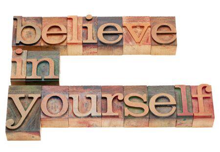 believe: Creo en TI - concepto de motivaci�n - aislado texto en bloques de impresi�n letterpress madera vintage