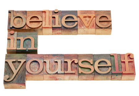 zelf doen: geloof in jezelf - motivatie concept - geïsoleerde tekst in vintage houten boekdruk blokken Stockfoto