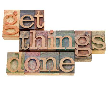 productividad: recordatorio de productividad o motivaci�n - get things done - texto aislado en tipograf�a de madera vintage impresi�n bloques