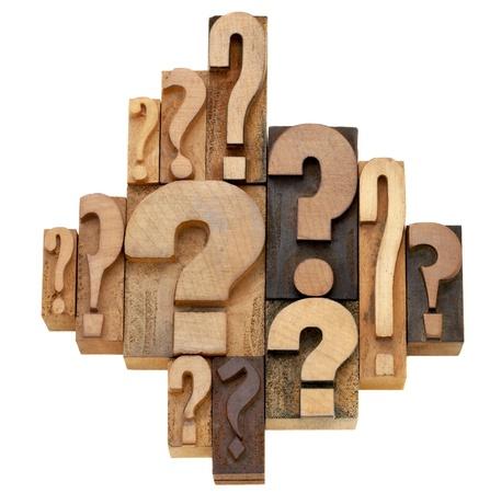 besluitvorming of brainstormingsconcept - een inzameling van vraagtekens - de uitstekende houten blokken van de letterzetseldruk