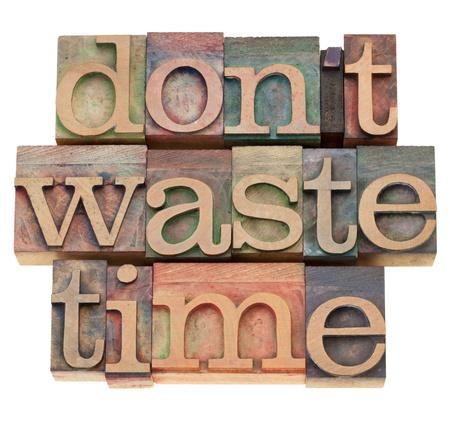 productividad: concepto de motivaci�n de eficacia - no pierda tiempo - texto aislado en bloques de impresi�n madera vintage Foto de archivo