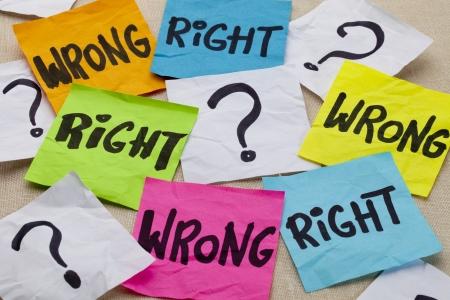dilema correcto o equivocado o cuestión ética - escritura a mano en coloridas notas rápidas Foto de archivo