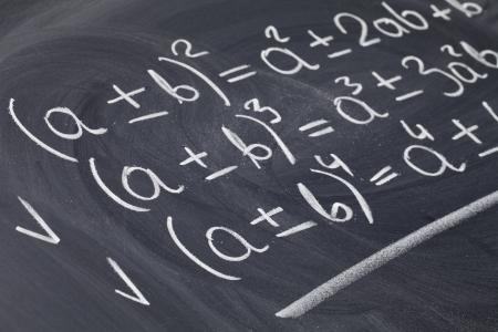 onderwijs: wiskundige onderwijs concept - algebra vergelijkingen met de hand geschreven met witte krijt op blackboard Stockfoto