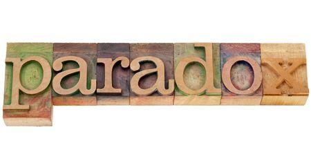Paradoks: Paradoks - Pojedyncze słowo w starych blokach typograficznych drewna druku Zdjęcie Seryjne