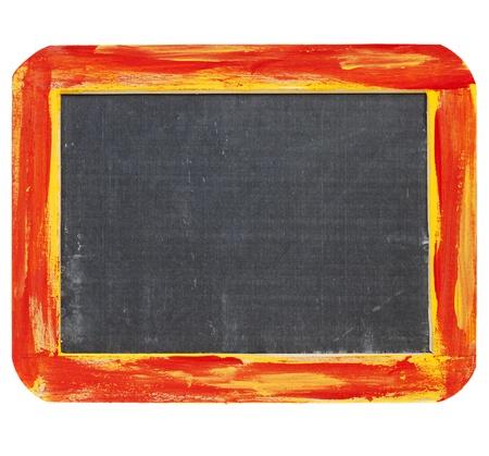 blanco teken - een kleine leisteen schoolbord in een ruwe rode en gele houten frame op wit wordt geïsoleerd