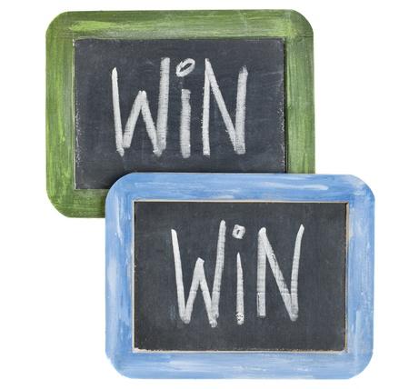 n�gociation: win-win craie concept - blanc, �crivant sur deux petits blackboard ardoise isol� sur fond blanc