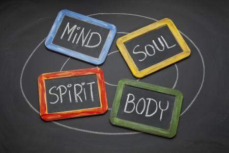 persoonlijke groei: lichaam, geest, ziel, geest - persoonlijke groei of ontwikkeling concept gepresenteerd met wit krijt en kleine leisteen schoolborden Stockfoto