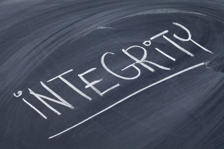 integridad: la integridad de la palabra en la escritura de tiza blanca sobre pizarra