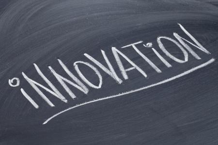innovatie woord in wit krijt handschrift op blackboard