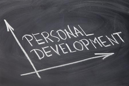 crecimiento personal: concepto de desarrollo personal - Dibujo con tiza blanca sobre una pizarra Foto de archivo