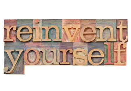 zelf doen: opnieuw uit te vinden jezelf - persoonlijke ontwikkeling concept - geïsoleerde tekst in vintage houten boekdruk blokken gekleurd door kleuren inkt Stockfoto