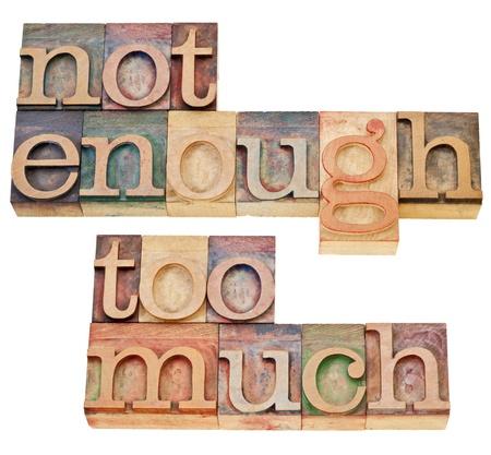 nicht genug, zu viel - Angebot und Nachfrage oder Konsum-Konzept - eine Collage von isolierten Text im Vintage-Holz Buchdruck Blöcke