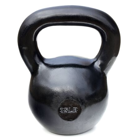 levantamiento de pesas: negro brillante 35 libras de hierro kettlebell de levantamiento de pesas y entrenamiento f�sico aislado en blanco Foto de archivo