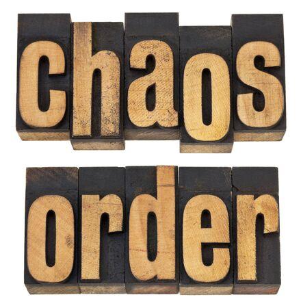 caos y el orden - un collage de palabras aisladas en el tipo de cosecha de madera de tipografía