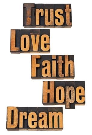 geloof hoop liefde: vertrouwen, liefde, geloof, hoop, droom - spiritueel en motiverende woorden - vintage boekdruk houtsoort Stockfoto