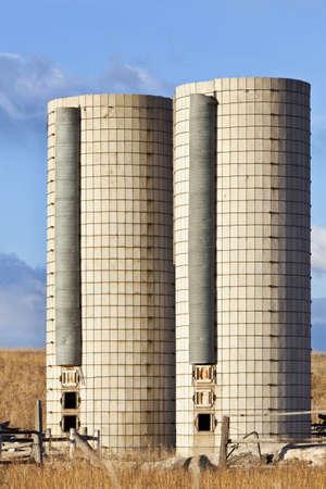 cylindrical: due vecchi silos cilindrici in una fattoria abbandonata nella parte orientale del Colorado