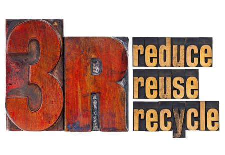 reduce reutiliza recicla: reducir, reutilizar, reciclar - concepto de las 3R - un collage de palabras aisladas en el tipo de cosecha de madera de tipograf�a Foto de archivo