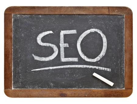 SEO acroniem - zoekmachine optimalisatie - wit krijt handschrift op vintage leien bord op wit wordt geïsoleerd Stockfoto