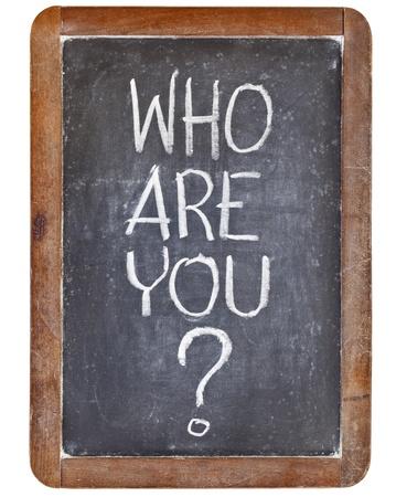 te negro: quién es usted pregunta - letra de tiza blanca sobre pizarra, pizarra de la vendimia, aislado en blanco