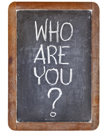 wie ben je vraag - wit krijt handschrift op vintage lei schoolbord, geïsoleerd op wit Stockfoto