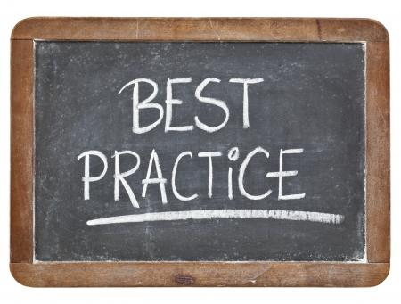 best practice - wit krijt handschrift op geïsoleerde vintage lei schoolbord